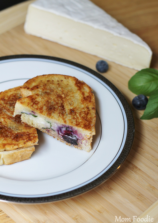 blueberry brie grill cheese