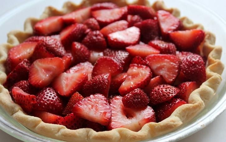 Easy Strawberry Pie Recipe layering strawberries