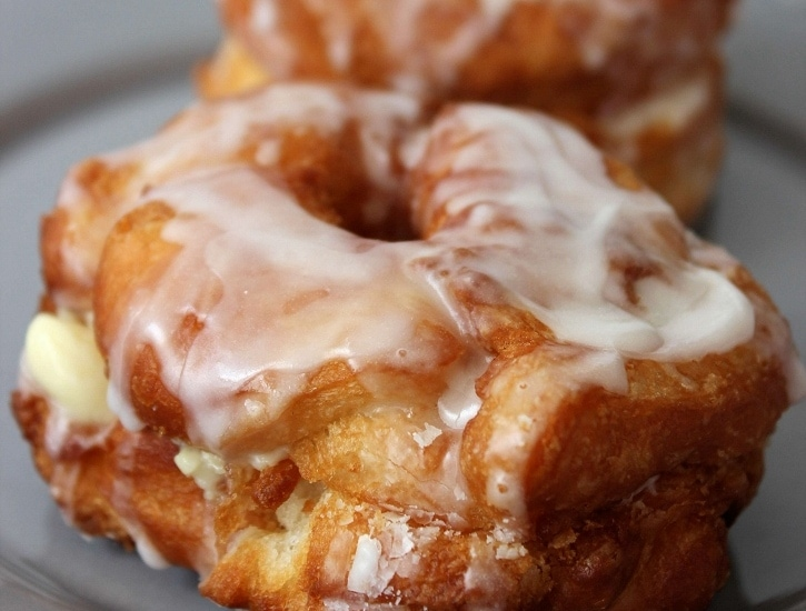 May 17, · Simply described, the cronut is a cross between a croissant and a doughnut. More than that, it's composed of layers of flaky, buttery dough dipped in sugar, glazed with various toppings, and/or filled with pastry besteupla.gqgs: 9.